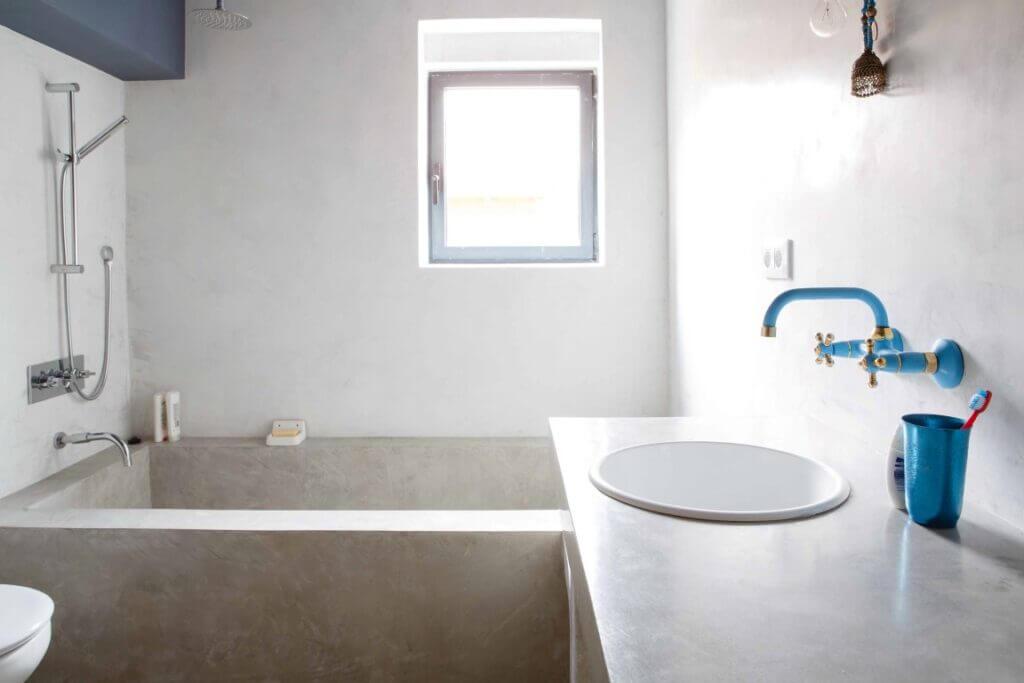 Baño de microcemento en chalet de Ezcaray